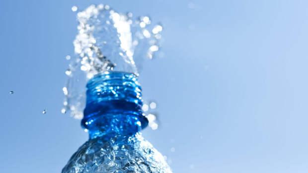 Биохимик назвала главную опасность пластиковых питьевых бутылок