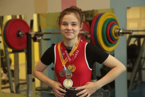Спортсменка из Молжаниновского установила рекорд в становой тяге со штангой
