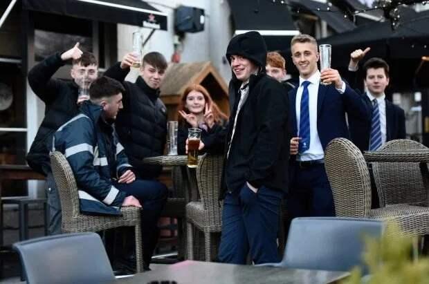 Финальный запой: британцы устроили последнюю попойку перед закрытием пабов и клубов на карантин