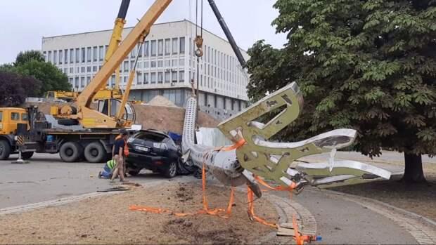 На Украине рухнул флагшток-рекордсмен, установленный к 30-летию независимости