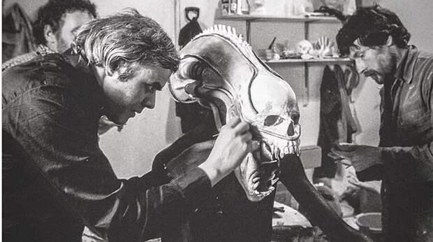 Человеческий череп и презервативы – тайна костюма «Чужого»