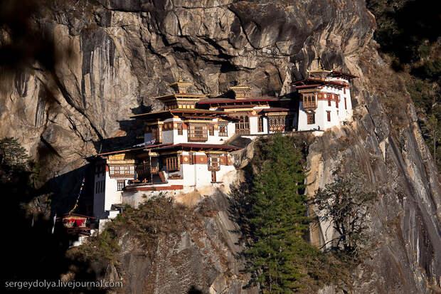 1) Монастырь буквально висит на скале на высоте 3100 метров. Дороги туда нет, и чтобы попасть в него, нужно подниматься пешком с высоты 2 400. То есть подъем чуть более 700 метров
