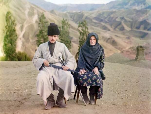 Мужчина и женщина позируют для фото в Дагестане, 1910 год. (Prokudin-Gorskii Collection/LOC) империя., путешествия, цветное фото