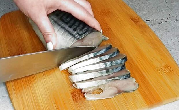 Малосольная скумбрия с чесноком. Положили по полтора зубчика на рыбу, и теперь дома просят добавку
