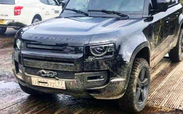 Предпремьерный показ: новый Land Rover Defender с московскими номерами в «бондиане»