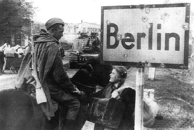 Советский кавалерист разговаривает с девушкой А. Онищенко, угнанной немцами на работы в Германию СССР, война, история