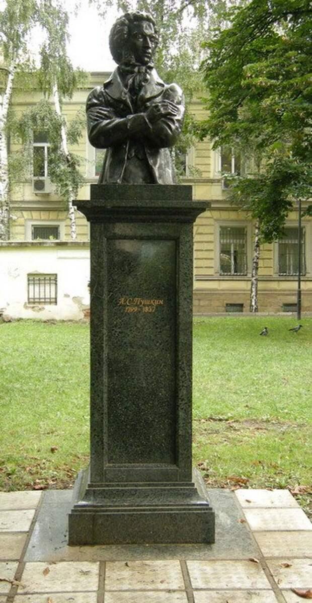 10. Памятный бюст в Софии (Болгария) памятники, ссср