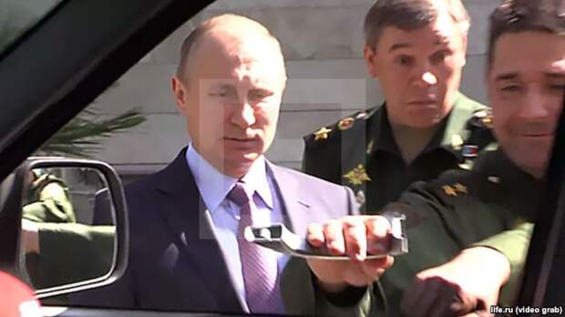 """Владимир Путин не смог открыть дверь автомобиля """"Патриот"""""""