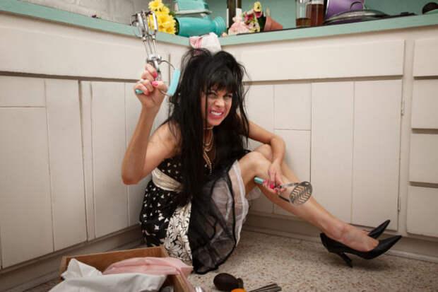 брюнетка сидит в кухне на полу