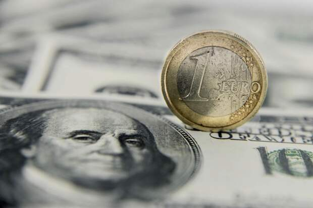 Доллар и российский рубль подешевели на биржевых торгах в понедельник
