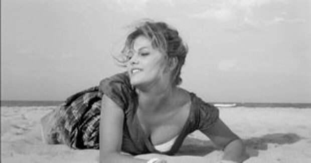 """Клаудия Кардинале в фильме Валерио Дзурлини """"Девушка с чемоданом"""" 1960 год."""