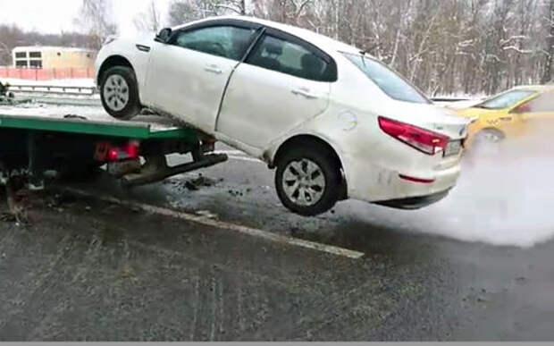 Рассерженный владелец спрыгнул на автомобиле с эвакуатора