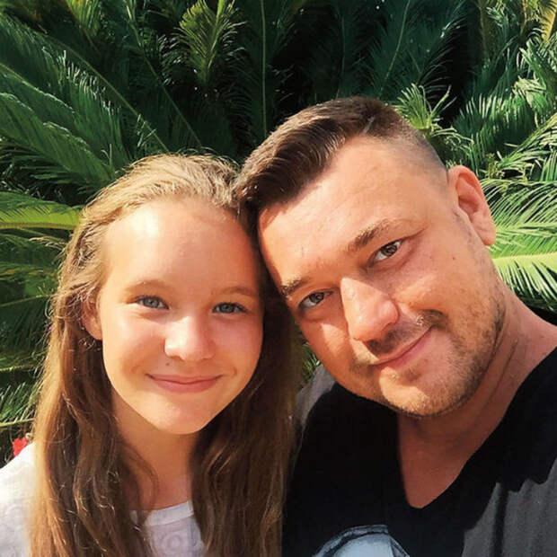 Сергей Жуков с Александрой. / Фото: www.woman.ru