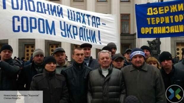 Стучат касками и требуют встречи с Зеленским: украинские шахтеры устроили протест в Киеве