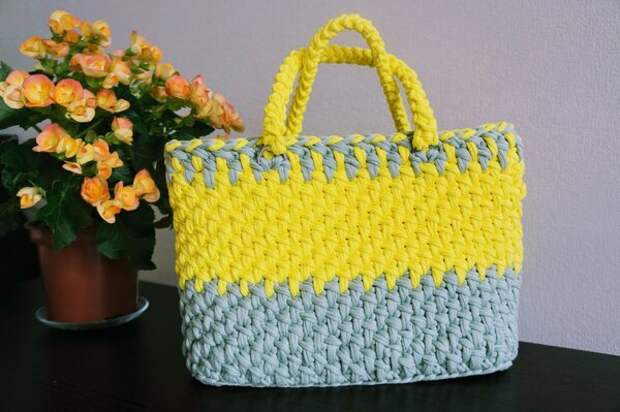 """Такая сумка """"подо все"""" не подойдет. Зато может идеально совпадать по тону с одними брюками и сделать образ ярким."""