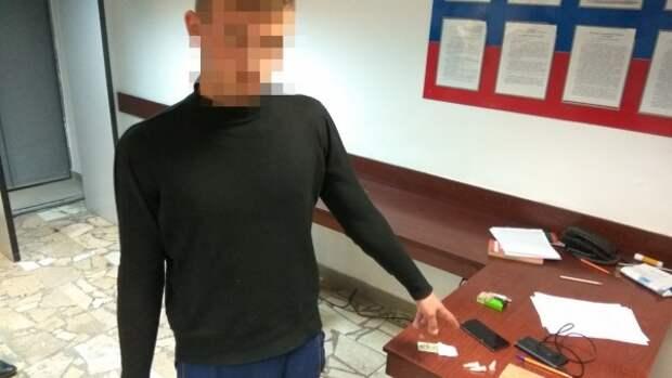 В Крыму 18-летний закладчик оставлял опасные пробирки возле железной дороги