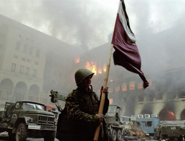 Солдат держит знамя во дворе Дома правительства наутро после свержения режима Звиада Гамсахурдиа. Фото © РИА Новости/Игорь Михалев