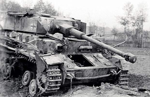представляли серьезную проблему для Красной армии: жертвами ихдальнобойных орудий становились советские Т-34−76. Однако кмоменту начала операции «Багратион» большая часть «Тигров» была передислоцирована наюг.