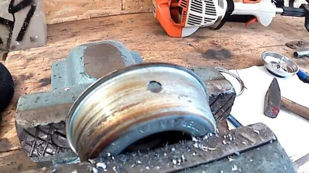 Сверлим и зачищаем отверстия. /Фото: .youtube.com.