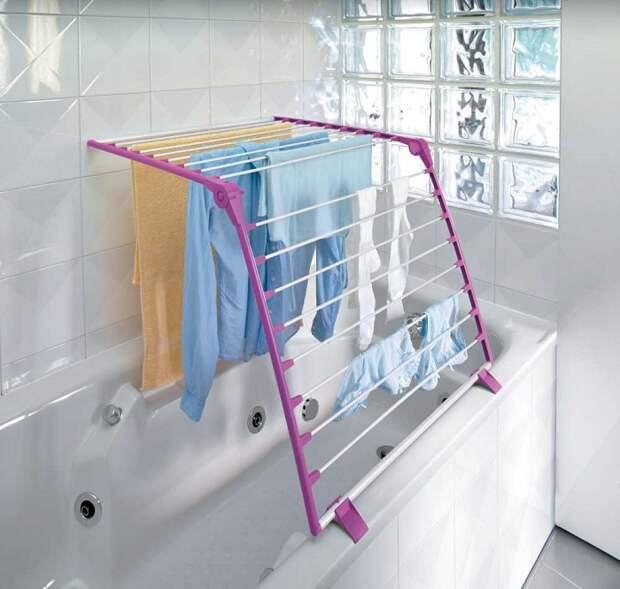 Сушилка, которая размещается на ванной. / Фото: krasotka.cc