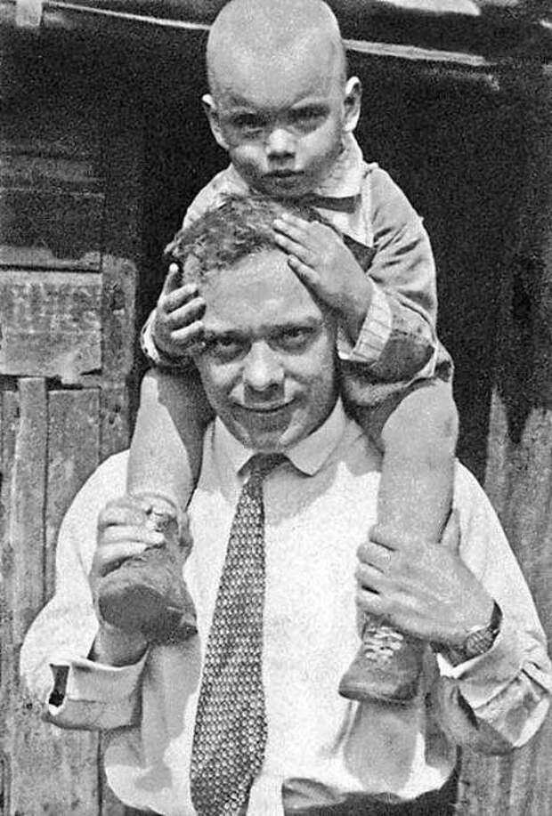 Актер и режиссер Владимир Петрович Баталов с сыном. СССР, 1930 год.