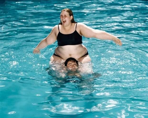 23. Знал бы, что ты будешь прыгать с меня в бассейне