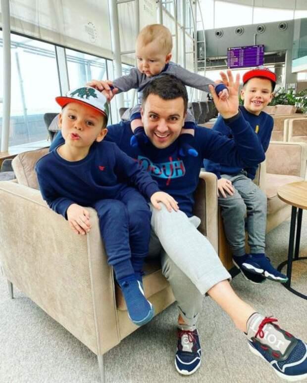 Григорий Решетник с сыновьями в аэропорту