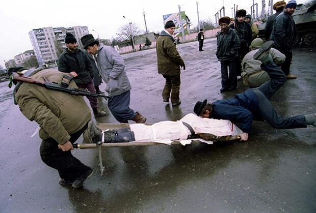 Чеченские боевики транспортируют тело погибшего товарища во время боев в Грозном. Январь 1995 года