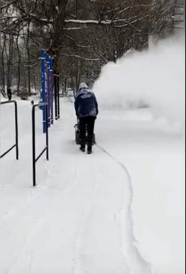 В Лианозове коммунальщики ведут борьбу с аномальным снегопадом