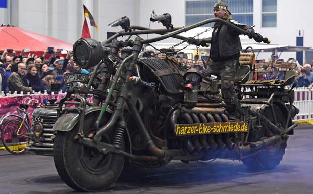 Самый большой мотоцикл в мире получил двигатель от танка