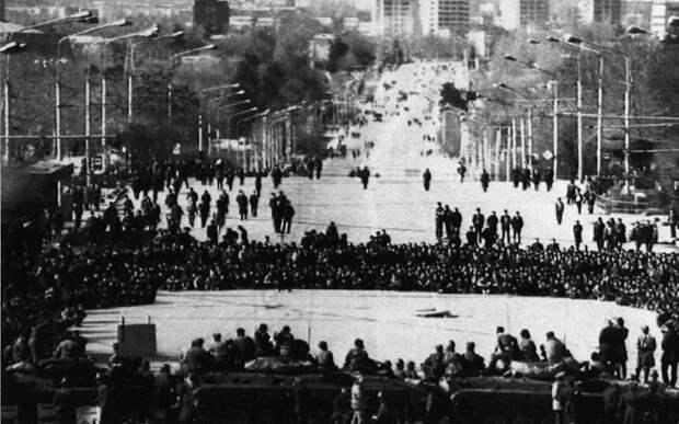 Толпа нападает на кордон внутренних войск МВД перед местной штаб-квартирой Коммунистической партии в столице Таджикистана Душанбе. 15 февраля 1990 год.