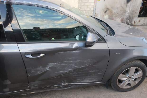 повреждения боковой части автомобиля