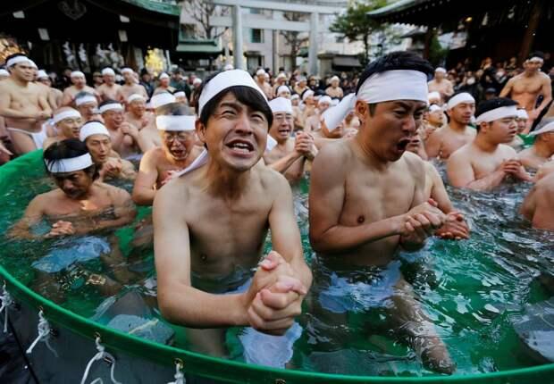 Традиционное купание в холодной воде в Японии
