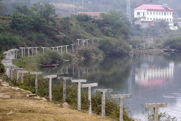 Пограничный забор, отделяющий Северную Корею от города Даньдун на северо-востоке Китая