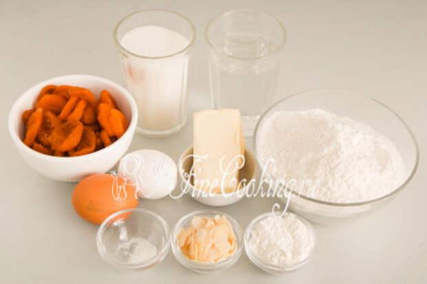 Для приготовления этих сочных и нежных кексов нам понадобятся следующие ингредиенты: мука пшеничная (в моем случае высшего сорта), курага, сливочное масло (жирностью не менее 72%), куриные яйца, сахарный песок, питьевая вода, разрыхлитель теста, соль и немного миндальных лепестков (по желанию)