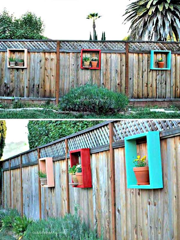 Забор, украшенный полками с цветами.