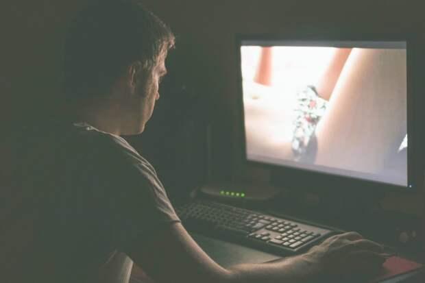 Муж постоянно смотрит на девушек из сети