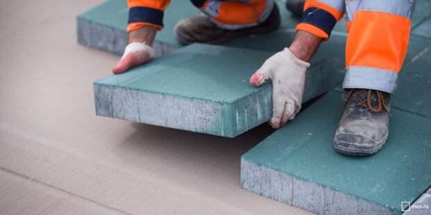 Жильцы дома на Полярной жалуются, что на крыльце нет антискользящего покрытия