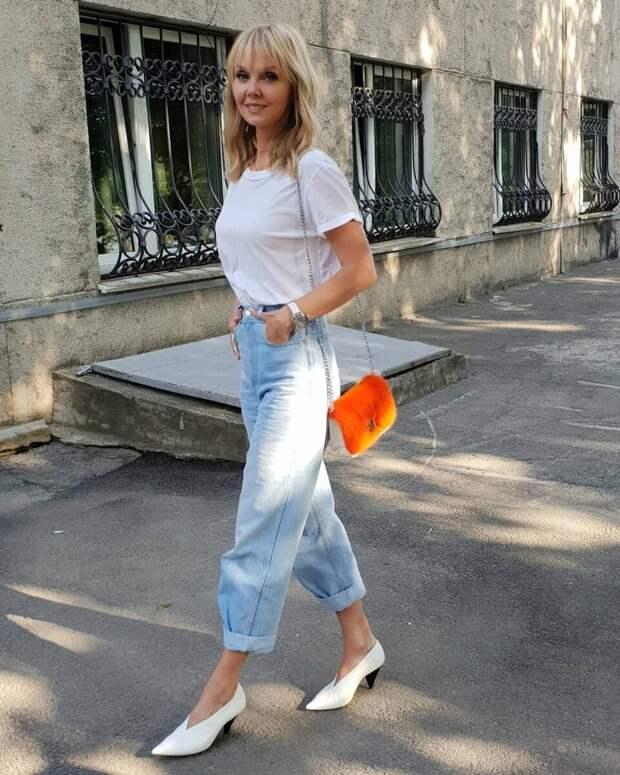 Какие джинсы носить весной женщинам 50+: самые стильные и удобные модели