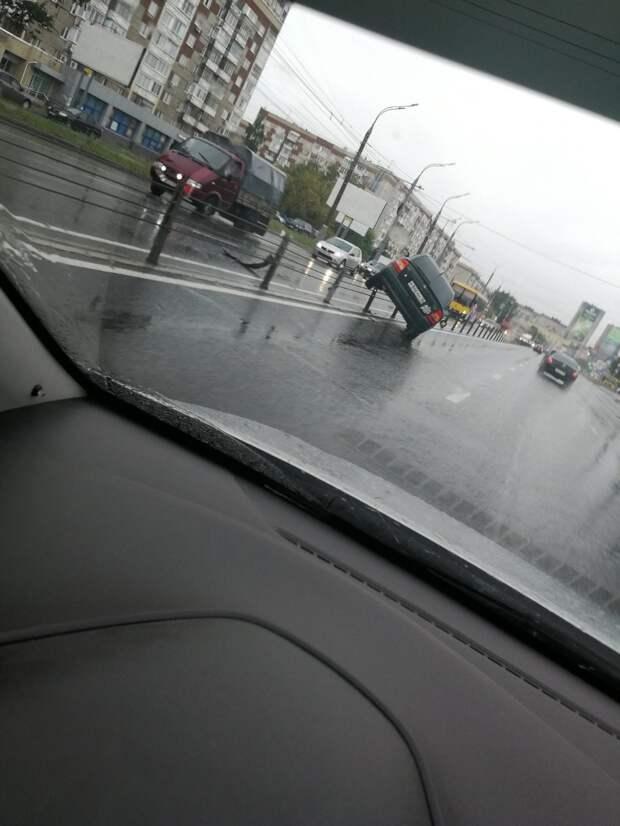 На тросовые ограждения у «Электротехники в быту» в Ижевске налетел автомобиль
