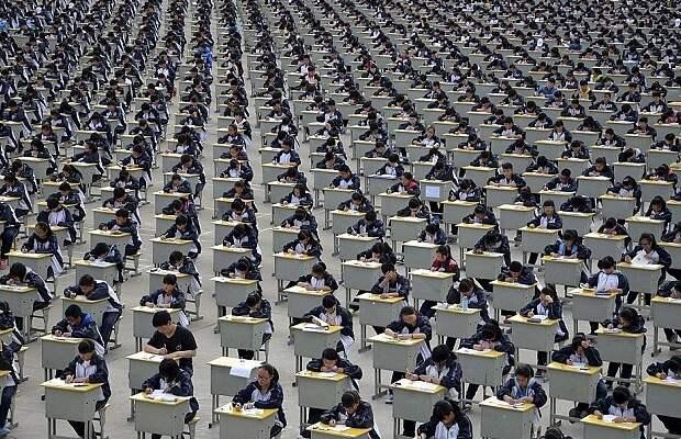 Бесконечные ряды школьников на экзамене Гаокао. Источник - interstate-education.com