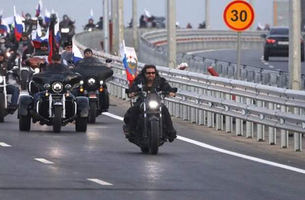 Байкер Хирург пронесся по Крымскому мосту без шлема
