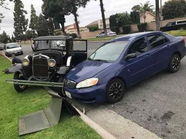 Водитель смотрел не на дорогу, а в мобильник. Жертвой стал уникальный ретро-мобиль