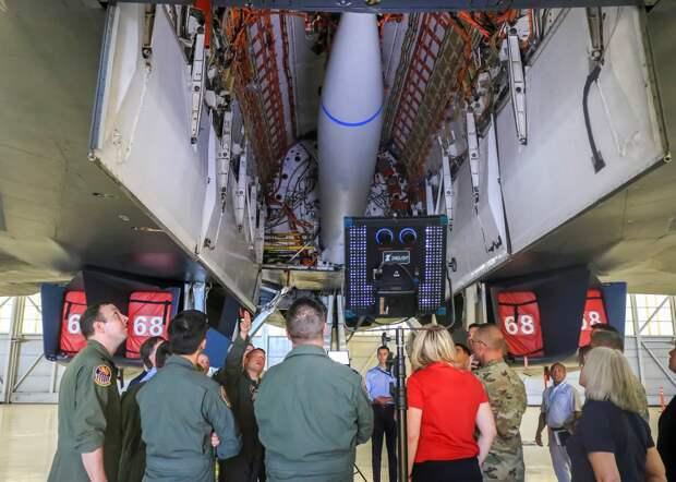 Перспективная гиперзвуковая ракета (та же болванка) установленная в увеличенном бомбоотсеке экспериментальной версии самолета В-1В. Проще говоря, перед нами ракета, которой еще нет, в самолете, который еще неизвестно, когда будет. И будет ли вообще