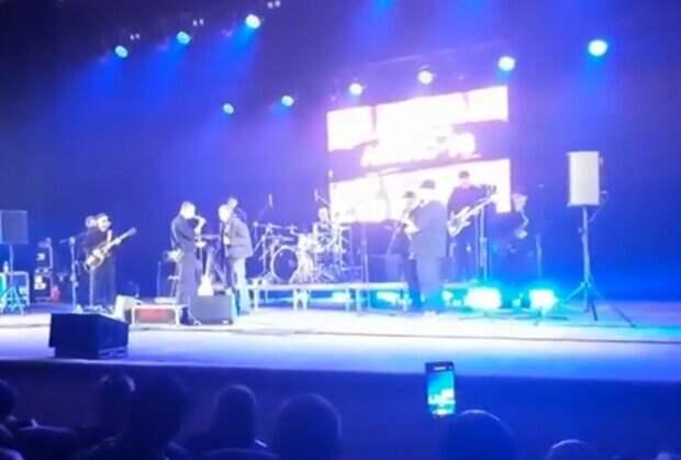 """Лидер """"Ляпис Трубецкой"""" избил зрителя на концерте в Полтаве, скандальные кадры: """"Как ты сюда попал?"""""""