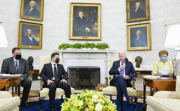 На фото: президент США Джо Байден (справа) и президент Украины Владимир Зеленский (слева) во время встречи