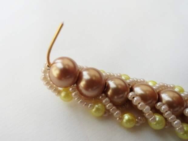 Красивый браслет из бисера и бусин. Фото мастер-класс (20) (520x390, 93Kb)