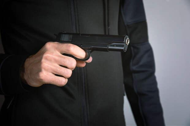 Пожилой москвич угрожал оружием людям без масок в магазине