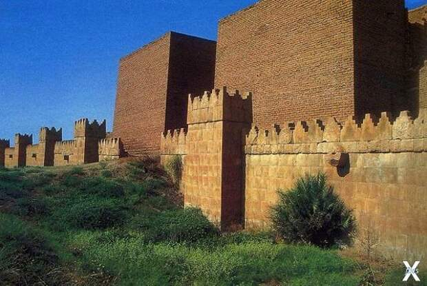 Фрагмент крепостной стены в Ниневии, ...