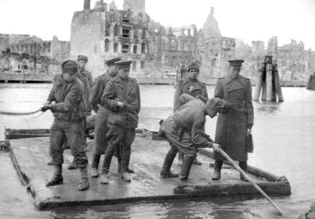 Бойцы 1-й Московской стрелковой дивизии переправляющие офицеров через реку Шпрее. 1945 год.
